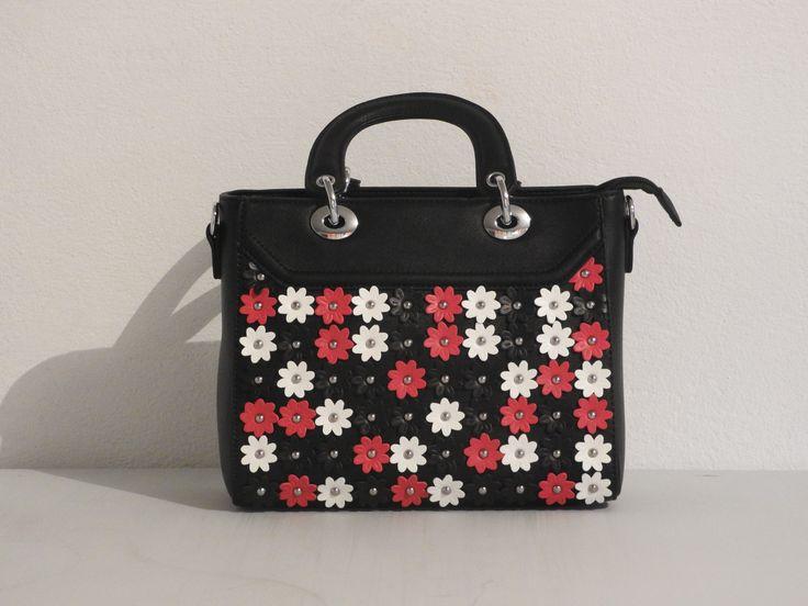 zwarte handtas met kleine witte, rode en zwarte bloemen