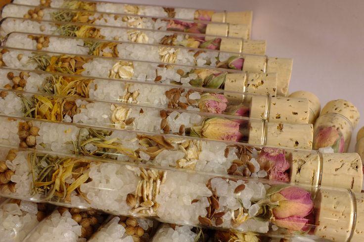 A todos nuestros tubos de ensayo les añadimos para esta ocasión dos rosas de Alejandría en la parte superior. Un detalle delicioso.