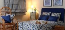 Megnnyugtató nappali ahol egy ágy van
