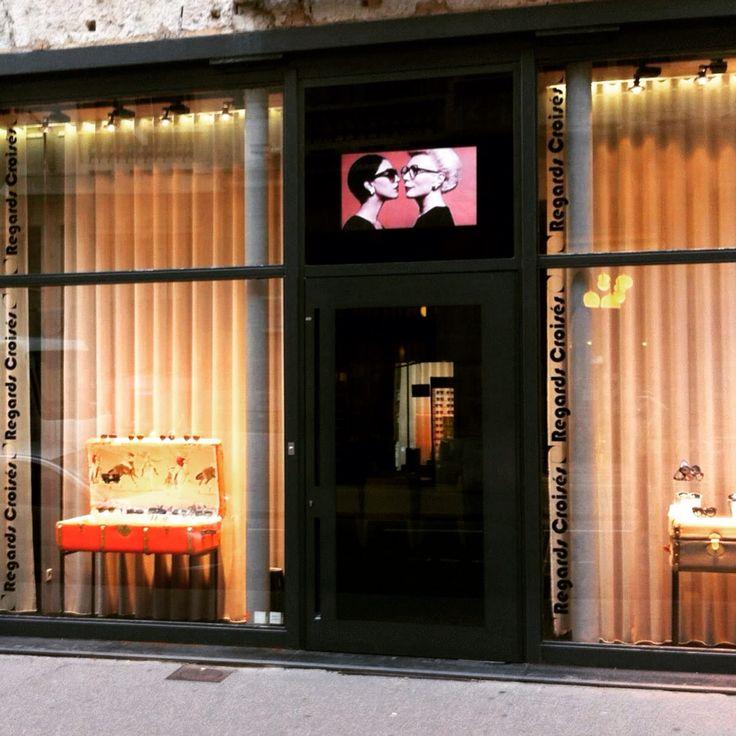 Malles  Scénographie de vitrine #opticien #lyon #regardscroises