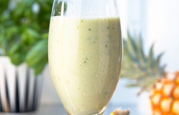 Ananas-Smoothie mit Basilikum  Zutaten für 4 Gläser: - 1 Ananas - 1 Banane - 200 ml türkischer Joghurt - 50 g Puderzucker (optional) - 1 Bund Basilikumblätter