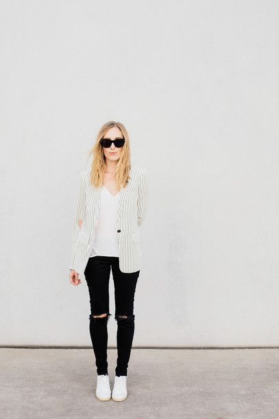 Wheretoget - White striped blazer, white V-neck tee-shirt, black ripped skinny jeans, white sneakers and black sunglasses
