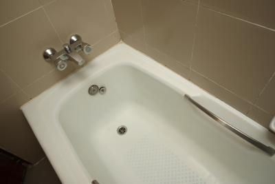 How to Clean Acrylic Showers and Bathtubs thumbnail