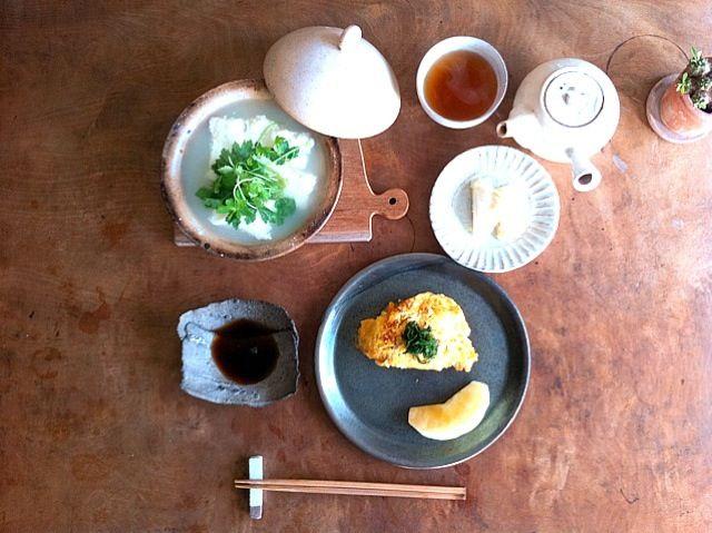 トモエさんのレシピで温泉豆腐。豆腐が全くの極上別物になっておりました。朝から幸せー あとの献立は、 キノコの玉子焼き 塩麹漬けの白菜 林檎さん - 90件のもぐもぐ - 湯豆腐で朝ご飯、いやいや、温泉豆腐で。 by つるた