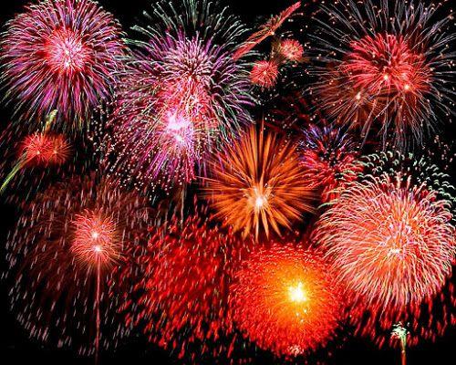 Explosão de fogos de artifício à noite, espetáculo típico também das comemorações do ano novo chinês - do blog Sun Tzu e A Arte da Guerra (http://www.suntzulives.com/).
