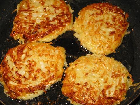 КАПУСТНЫЕ ОЛАДЬИ 300-400 граммов капусты 200 миллилитров кефира 1 яйцо 1 луковица 3-5 ст. ложек муки 1/3 ч. ложки разрыхлителя соль по вкусу растительное масло для жаренья
