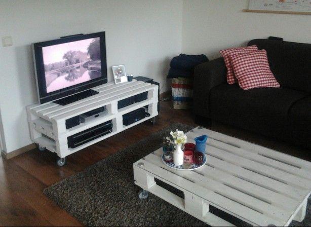 TV meubel en salontafel van oude palets. Voorzien van robuuste wieltjes. (Glasplaat op salontafel?)