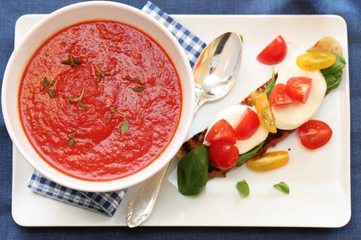 Tomatosoup with bruschetta and mozzarella
