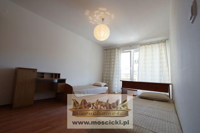 Mieszkanie 2-pokojowe na Kabatach z oddzielną kuchnią!Całkowicie umeblowane i urzadzone /W pokoju z balkonem mieszczaą się dwa łożka, szafa, biurka, w mniejszy j łózko oraz biurko.W przedpokoju pojemna szafa .Mieszkanie bardzo przestronne, e...