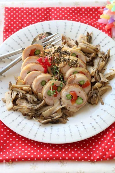 クリスマスにはチキン!クリスマスカラーの野菜を巻いたロールチキン。たっぷりのきのこと一緒に。