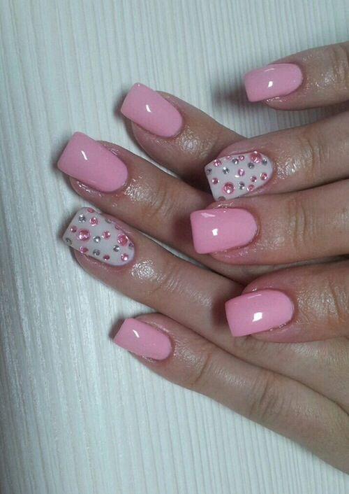 Punta abanico en rosa y dedo anular en blanco con piedras blancas y rosas