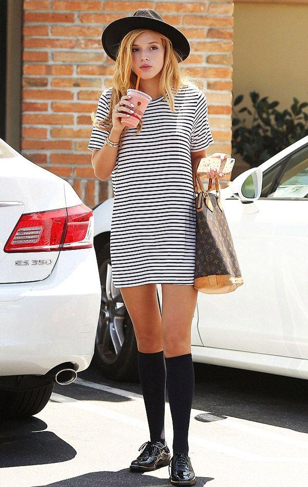 Street style Bella Thorne com vestido t-shirt listrado.