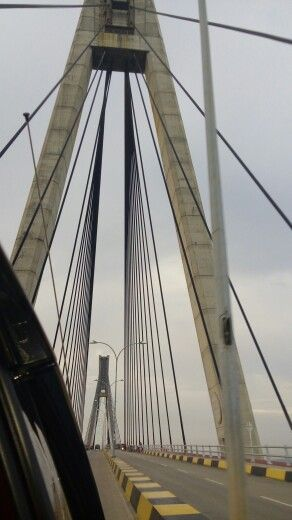 Jembatan Tengku Fisabilillah (jembatan I) Jembatan ini memiliki panjang 642 meter yang menghubungkan pulau Batam dan Tonton. Jembatan cable-stayed bridge inilah yang paling besar dan paling terkenal dari semua jembatan yang dibangun.