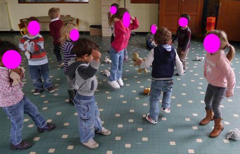 """Une séquence """"Danser avec son doudou"""", à partir de la chanson """"On m'a volé mon Nin-Nin"""" d'Aldebert"""