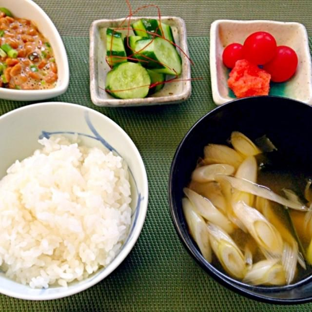 ある物大集合〜(´ω`)ノシ 明日はお買い物へ確実に行くので、今日は午前中雨だったし、何とかなるだろうとのんびりし過ぎた(_ _).。o○Zzzz - 54件のもぐもぐ - Rice,miso soup(Seaweed&leek)  Pickles&Natto浅漬け,納豆,お味噌汁(ねぎ&わかめ),白飯 by honeybunnyb