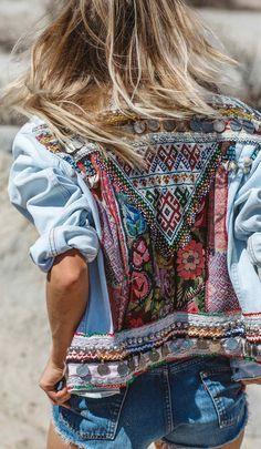 Bestickte Jeansjacke mit bunten Formen und Blumen