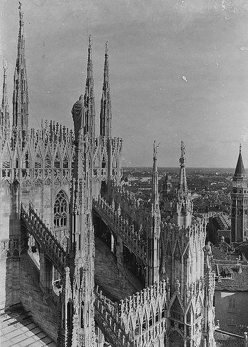 Duomo di Milano. Vista panoramica verso sud est della città, in secondo piano il campanile di San Gottardo   da Milàn l'era inscì