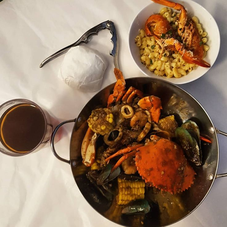 My friends on a cold night  #dinner #dinnertime #crab #lobster #mussels #seafood #macandcheese #kotasolo #surakarta #food #friend #instagram #mood