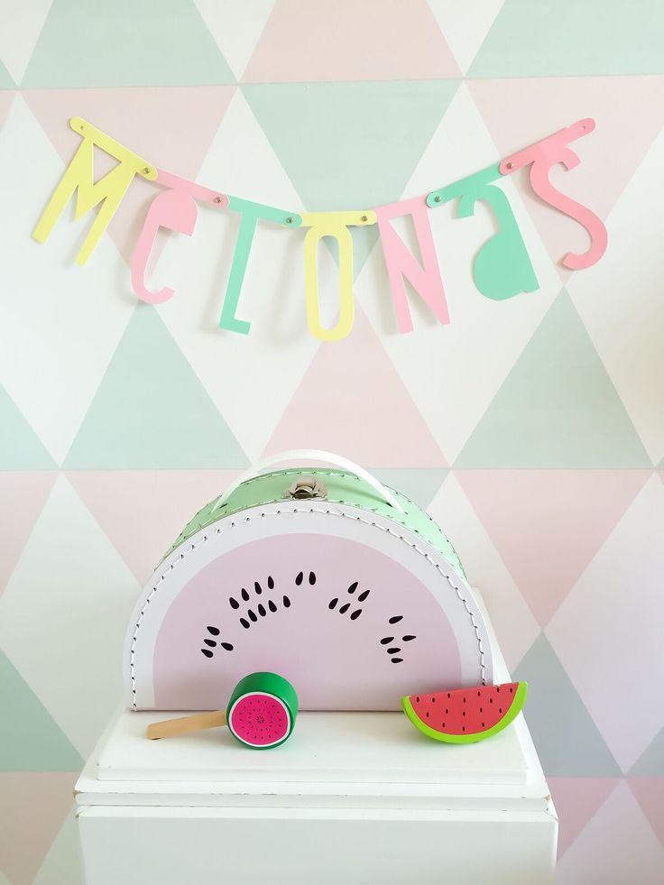 Dithippe watermeloen koffertjevan Kids Boetiek in mint en lichtroze ismooi als decoratie in de kinderkamer en is een leuke opberger voor allerlei kleine spulletjes.