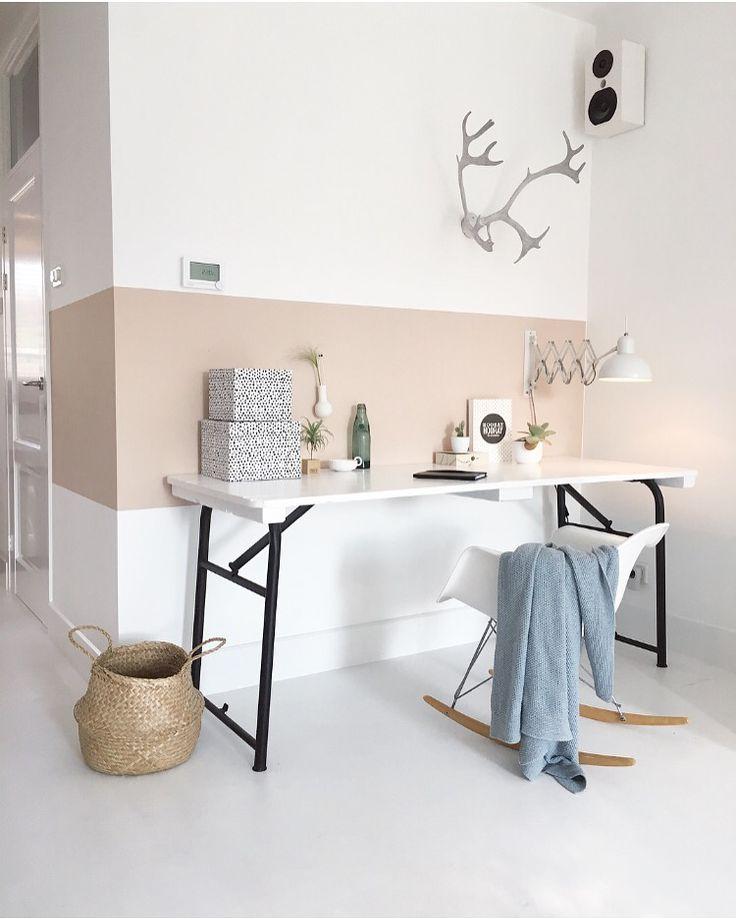 Werkplek met 'nude' kleurtje op de muur