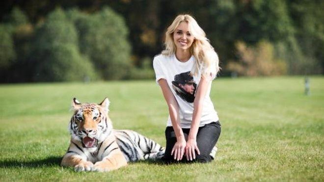 #PuebloPresidenteEnLaONU Miss Mundo solicita a Vladímir Putin ayudar a un cachorro de tigre Мисс мира попросила президента России помочь Миру