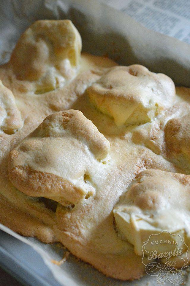 Jabłka pieczone w biszkopcie mogą być doskonałym deserem do niedzielnego obiadu, szczególnie podane na ciepło z lodami waniliowymi. Spróbujcie!