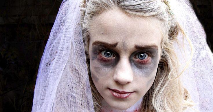 """Cómo hacer el maquillaje de novia muerta para un disfraz de Noche de Brujas. La película de animación de Tim Burton, """"El Cadáver de la Novia"""", popularizó el traje de novia zombie ya establecido. Este disfraz está constituido por un traje de novia hecho jirones, un ramo de flores muertas y una larga peluca, ondulada o rizada. La pintura espeluznante de la cara completa el efecto. El maquillaje de novia muerta es similar al ..."""