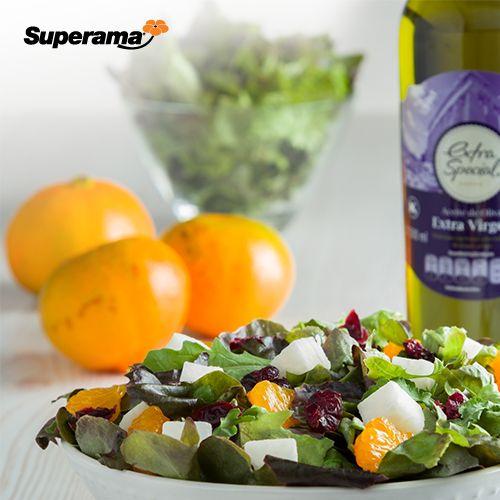 Inicia el día con sabor mediterráneo con esta saludable ensalada. Gajos de mandarina, aderezados con un chorro generoso de aceite de oliva virgen extra, una pizca de sal de mar y hojitas de estragón fresco. #saludable #recetas #ensaladas #desayuno #mandarina