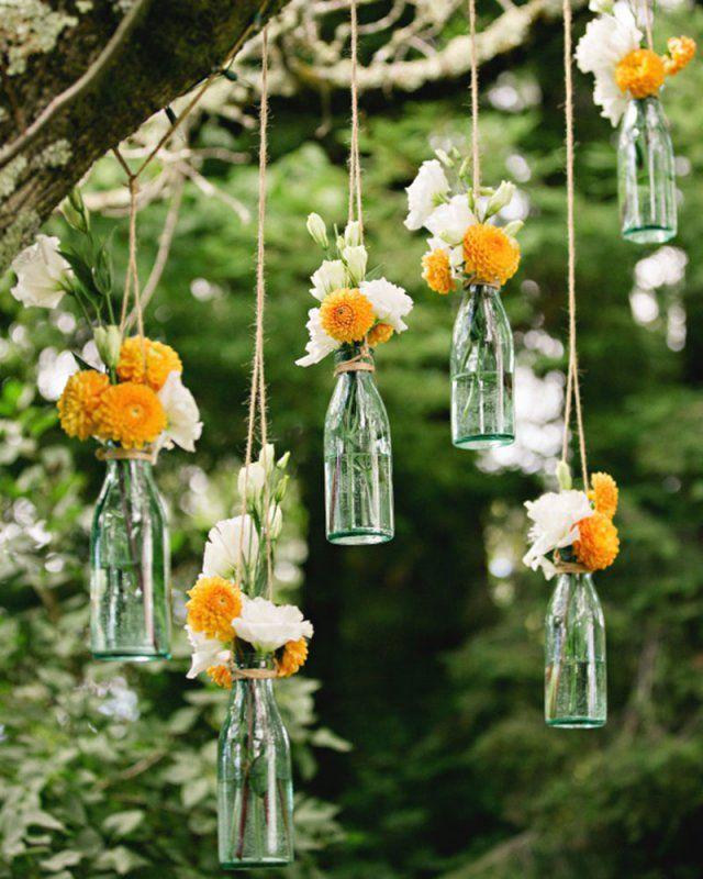 Des bouteilles suspendues pour une décoration de mariage champêtre  Hanging bottles for a country wedding decoration