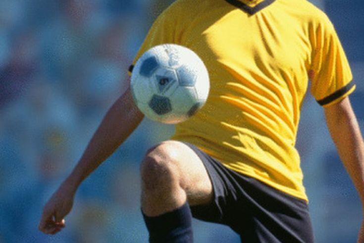 Un resumen de las reglas de fútbol profesional. Un número de civilizaciones antiguas desarrollaron pasatiempos que implicaban patear un objeto. Las reglas del fútbol profesional datan de mediados de los 1800s en Inglaterra. El juego de fútbol fue popular entre ciudades y pueblos de la Edad media y ...