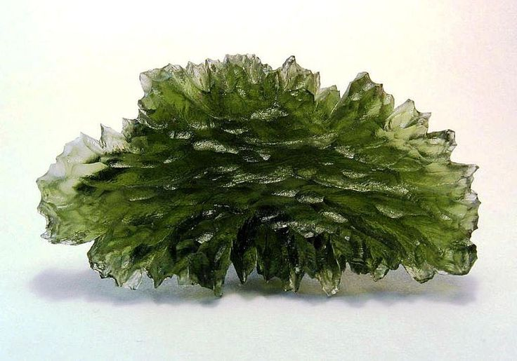 Moldavite è un vetro naturale verde che può essere formato come risultato di un impatto meteorite.