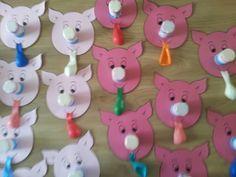 Kies een kleurplaat van een varken, print op roze papier, knip de neus uit, danoontje erdoor en je hebt een hele leuke verantwoorde traktatie!