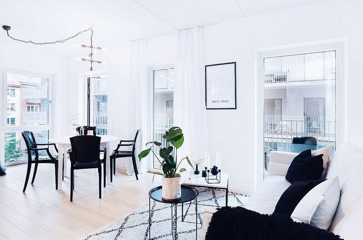 Vitt Svalan matbord. Svarta Schnauzern polykarbonatstol. Svart, vit, bord, kök, stol, plast, möbler, inredning, matsal, runt, oval, ovalt, iläggsskiva, iläggsskivor, utdragbart. Vit Gasellen dunsoffa med avtagbar klädsel. Vitt Jaguaren marmorbord. Marmor, soffbord, soffa, vardagsrum, underrede, stål, rebfre, rebecca fredriksson. http://sweef.se/