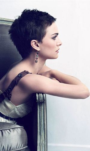 Natalie Portman. Love her as an actress (not all of her movies though). And I would love to be brave enough to try this hairstyle!