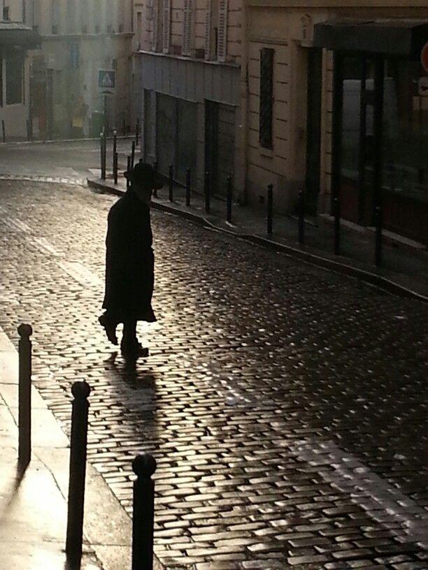 Paris homme Belleville pavés mouillés