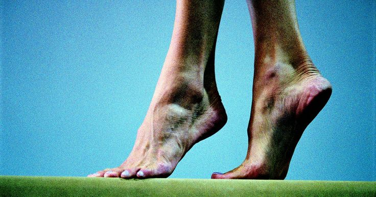 Terapia com ondas de choque para fascite plantar. A fascite plantar é uma inflamação do tecido que compõe a parte inferior do pé e liga o calcanhar ao dedão. Ela é um problema comum em corredores e provoca dor no calcanhar e, por vezes, no arco do pé. Se os sintomas da fascite plantar não melhorarem após seis meses de técnicas de fisioterapia tradicional, os médicos podem prescrever a terapia ...