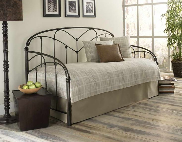 Iron Contemporary Daybed Cover: This link is dead, but I saved it because of the photo. I can make this day bed cover myself!