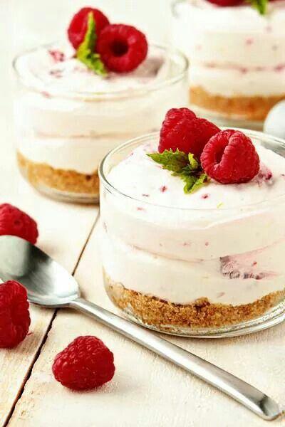 Frambozen limoen cheesecake •6 Bastonge koekjes •1 limoen •4 eetlepels gesmolten boter •1 pakje roomkaas (philadelphia bijv.) •125 milliliter room •1 bakje frambozen •100 gram suiker •1 eetlepel vanillesuiker Verkruimel de koekjes in je keukenmachine.Vermeng de koek kruimels met de gesmolten boter en verdeel het over de glaasjes, druk lichtjes aan om een bodem te creëren. Rasp de schil van de limoen en vermeng het goed met de suiker. De suiker moet een beetje gaan glanzen. Pureer een paar…