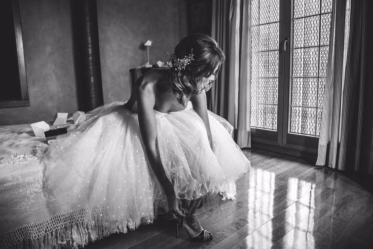 vestido de novia dos piezas body escote corazon falda tutu plumeti pelo suelto tocado de azahar zapatos de novia negros fotografia de beli klein
