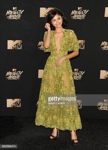 Fotografia de notícias : Zendaya poses in the press room at the 2017 MTV...