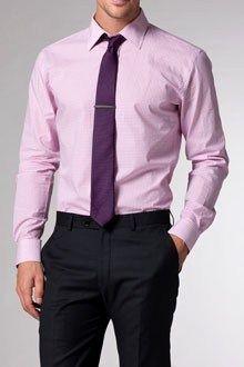 Combinar no siempre es fácil y menos cuando se trata de un color un poco temido por los hombres. Se trata del color rosa que ha logrado abrirse paso en los looks masculinos hasta lograr ser un colo…