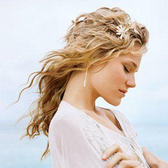 Acconciature sposa capelli ricci:bella in giorno delle nozze