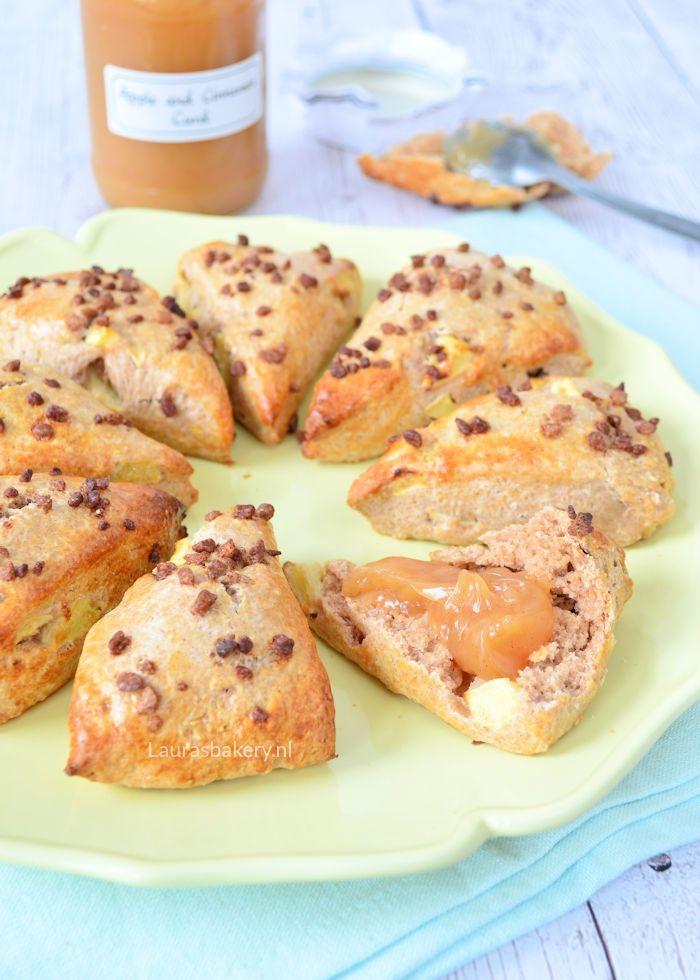 Deze appel-kaneel scones passen perfect bij het najaar. Door de toegevoegde stukjes appel en het beetje kaneel geef je de scones een heerlijke smaak.