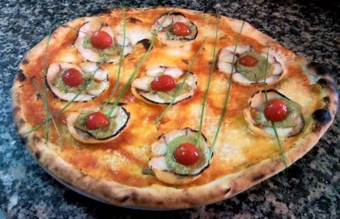 """PETALI DI MARE di Giuseppe Lapolla - Cannigione (Olbia Tempio).  Gli ingredienti della pizza """"PETALI DI MARE"""" sono: soppressata di polpo adagiata su letto di salsa di gamberi e pomodoro, crema di zucchine, pomodorini e erba cipollina.   E' una creazione del pizzaiolo GIUSEPPE LAPOLLA presso la PIZZERIA DA SERAFINO - CANNIGIONE (OT) - V.le Normandia, 1 - Tel. 078988088. Fonte: www.guidapizzerieditalia.edikronos.it/"""