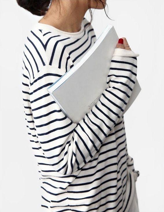 Wanted : une marinière aux manches un brin trop longues (à porter avec du vernis bien rouge)