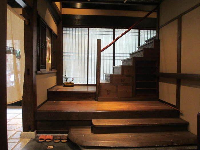 食事は2階。京らしい箱階段を上ります。食事は、「京都一の傳」自慢の西京漬けがメインの懐石料理。