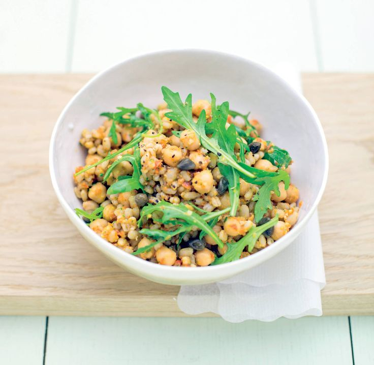 Un'insalata di cereali diversa dal solito, ricca di ortaggi di stagione abbinati a nutrienti legumi