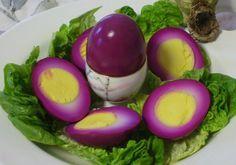 Uovo sodo cotto nel succo di barbabietola