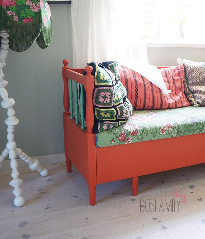 painted couch, målat trä, painted wood, orange paint, painted furniture, paint, green, pinnsoffa, målad pinnsoffa, orange pinnsoffa, målat trä, folkdräkt, dosfamily, sundborn färg, carl larsson färg, isabelle mcallister, pinnsoffa färg, hur måla soffa, kökssoffa målad, kökssoffa, diy
