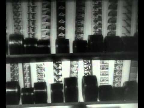 04. Trouxe como exemplo Lev Manovich, teórico russo que alia as disciplinas de historia da arte, computação e cinematografia e elaborou uma teoria que usa as montagens construtivistas de Dziga Vertov como uma antecipação da linguagem não-linear das mídias digitais. Man With the Movie Camera (1929) completo acima. Enjoy!